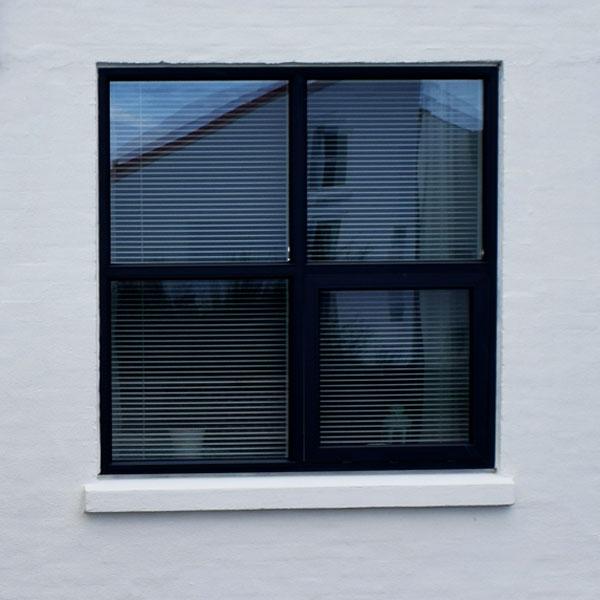 træ alu vindue der holder
